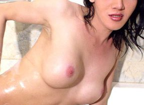 Shagable T-Girl Plays In The Tub
